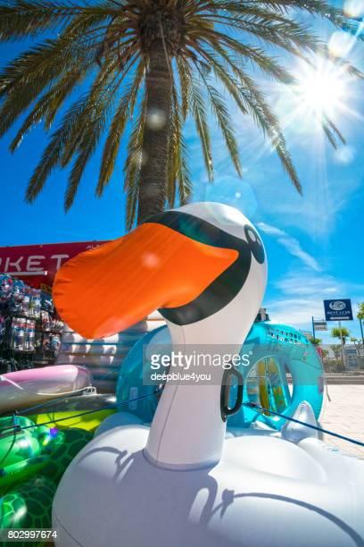 Un gran pato flotante delante de una tienda