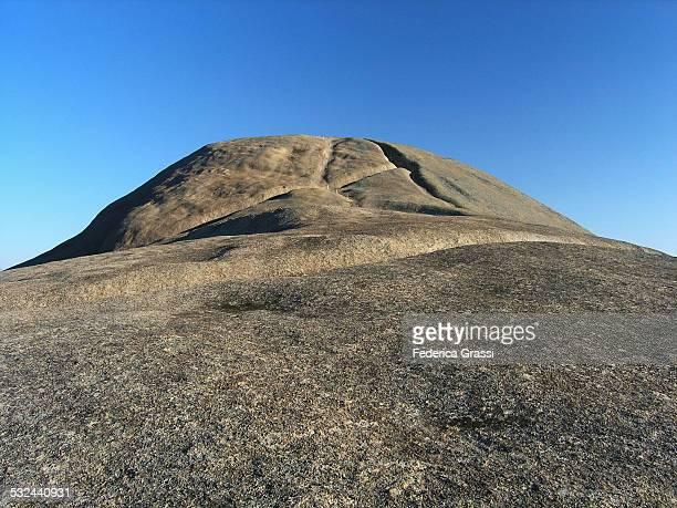 large granite monolith near paarl - felsspitze stock-fotos und bilder