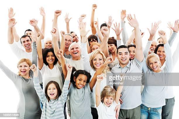 Grande grupo de pessoas felizes com as mãos levantadas.