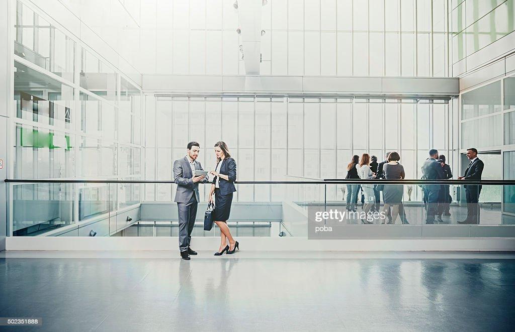 Große Gruppe der Geschäftsleute in der lobby : Stock-Foto