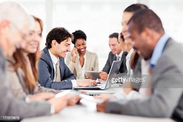 Gran grupo de empresarios tener una reunión.