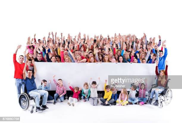 Große Gruppe von fröhlichen Menschen halten große weiße Fahne.