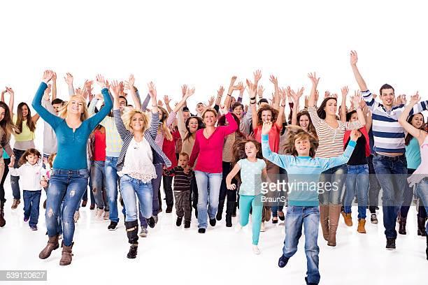 Große Gruppe von fröhlich Menschen laufen.