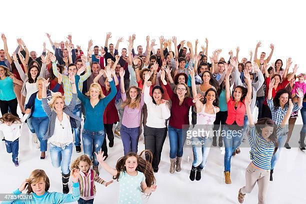 Große Gruppe von fröhlich Menschen Laufen mit erhöhter Armen.