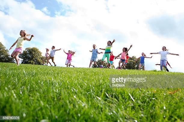 Große Gruppe von Kinder Laufen
