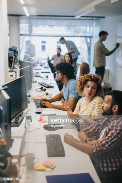grande grupo de programadores a trabalhar no escritório. - software de computador - fotografias e filmes do acervo