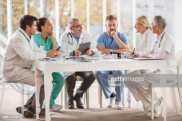 Grande grupo de médicos tendo uma reunião no hospital.