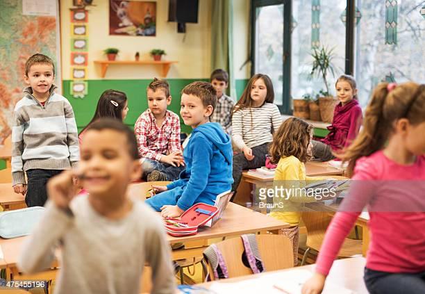 Große Gruppe von elementaren Schülern im Klassenzimmer, die eine Pause.