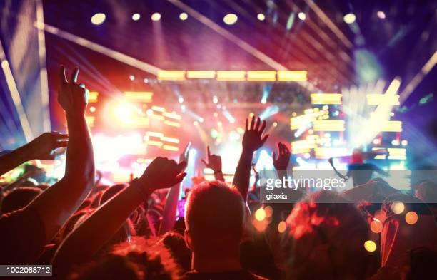 コンサートでのファンの大きなグループ。 - performance group ストックフォトと画像