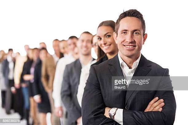 Grand groupe de gens d'affaires heureux dans une rangée.