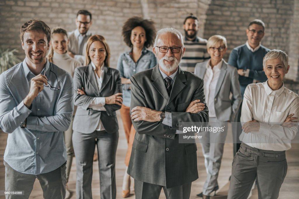 Große Gruppe von glücklich Geschäftsleute im Büro. : Stock-Foto