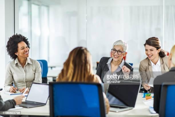 grand groupe de femmes d'affaires heureuses parlant d'une réunion dans le bureau. - directrice photos et images de collection