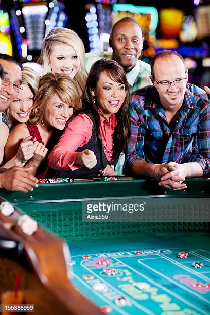 沢山の幸せの多様な人々で、クラップスのテーブル