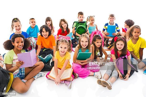 Große Gruppe von happy elementary Studenten Blick in die Kamera.