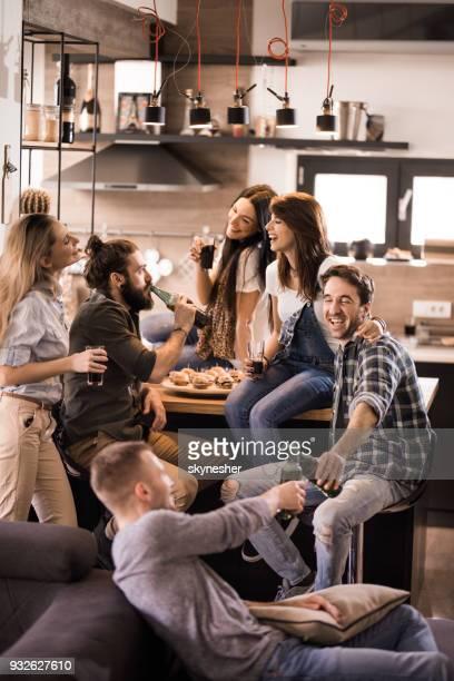 Grand groupe d'amis heureux de parler sur une fête d'accueil.