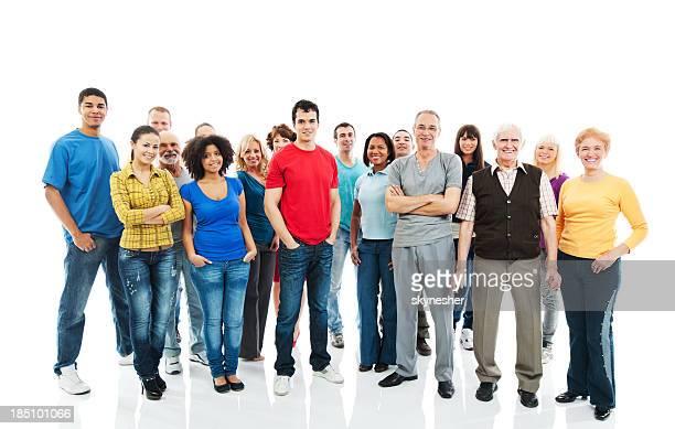 Feliz grupo grande de personas de pie juntos.