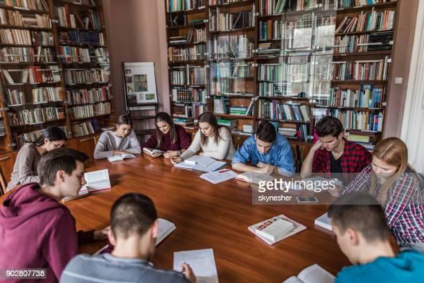 Grand groupe de lycéens d'apprentissage dans la bibliothèque.