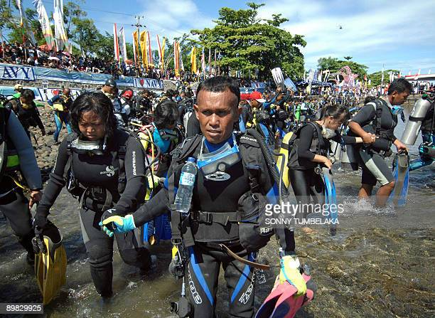 Large group of Indonesian divers takes to the waters off Manado in North Sulawesi on August 17, 2009 as part of a mass dive by 2,486 scuba divers in...