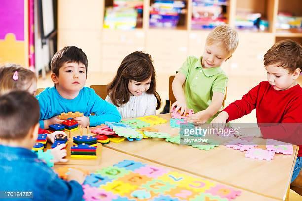 Grande grupo de crianças brincando em conjunto