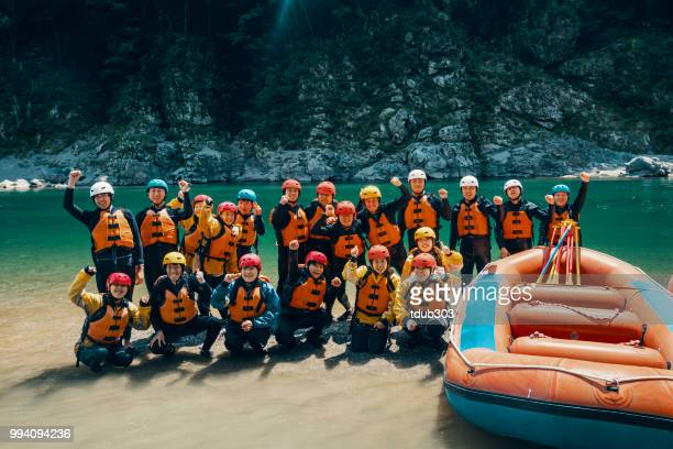 Grote groep van mannen en vrouwen voorbereiden om te gaan met het white water riverrafting