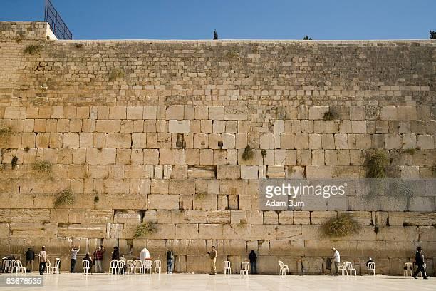 a large group of men praying at the wailing wall - muro de las lamentaciones fotografías e imágenes de stock