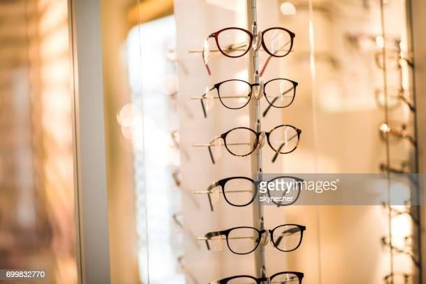 Grand groupe de lunettes de lecture moderne au magasin d'opticien.