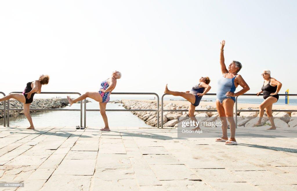 Grand groupe de personnes âgées ayant des cours d'entraînement : Photo
