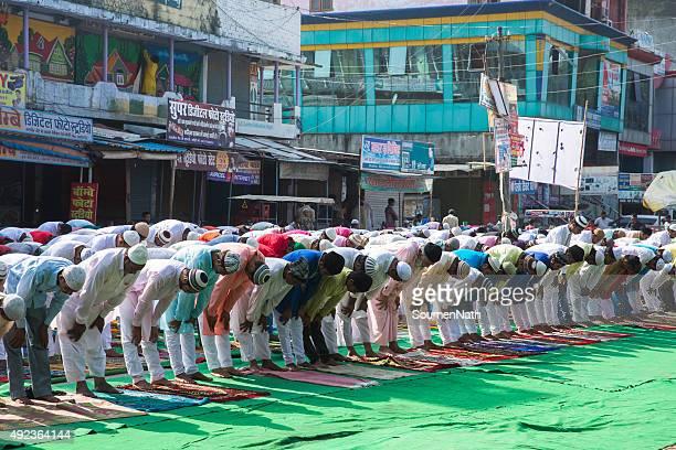 grand groupe de personnes, prier namaz sur eil-al-adha - aid el kebir photos et images de collection