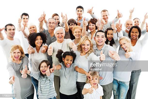 Grande grupo de pessoas com o polegar para cima.