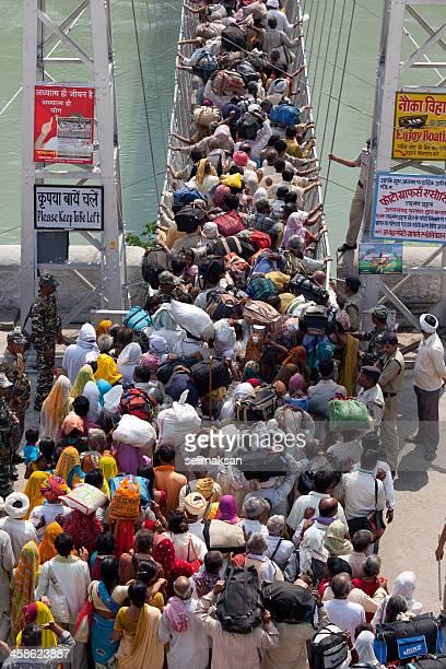 Grupo grande de pilgrims de pasar el puente Lakshman Jhula