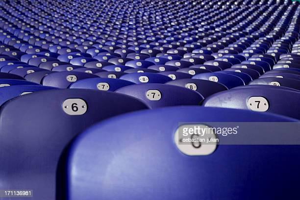 große gruppe von plasitc sitzplätze im fußball station in münchen - olympischer park veranstaltungsort stock-fotos und bilder