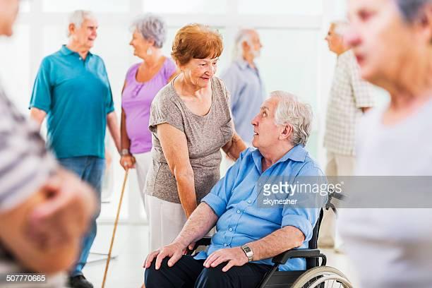 Große Gruppe von Senioren.