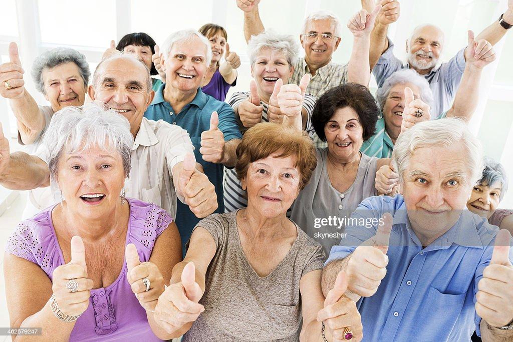 Große Gruppe von Senior mit Daumen hoch. : Stock-Foto