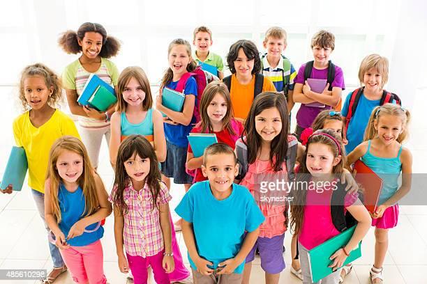 大きなグループの学校の子供の笑顔でカメラ目線ます。