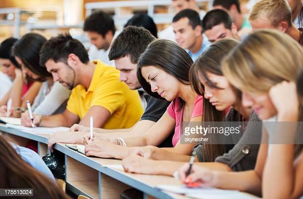 Grand groupe d'étudiants par écrit.