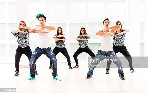 Große Gruppe von Jugendlichen üben modernen Tanz.