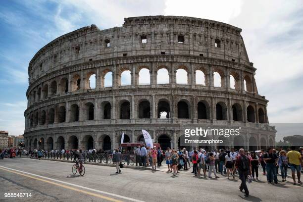 large group of tourists waiting outside colosseum in rome. - emreturanphoto stock pictures, royalty-free photos & images