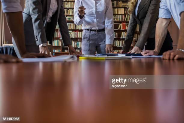 オフィスで会議を持つ認識できないビジネス人々 の大規模なグループ。 - エグゼクティブディレクター ストックフォトと画像