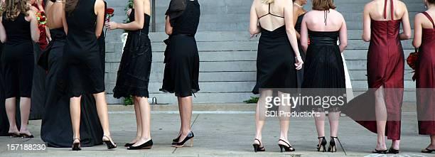 Große Gruppe von Frau formell gekleideten warten mit Treppen