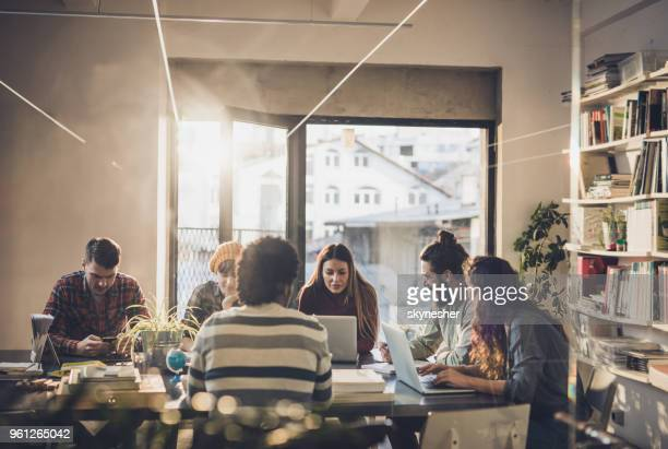 grande grupo de jovens trabalhadores freelance trabalhando no escritório casual. - nova empresa - fotografias e filmes do acervo