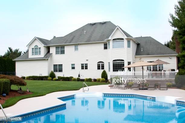 大きな家の晩夏、スイミングプール付きの後景 - new jersey ストックフォトと画像