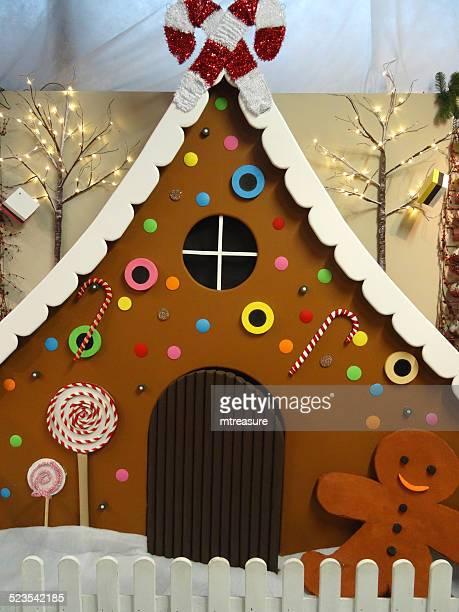 大きなライフのジンジャーブレッドハウスモデル、ジンジャーブレッドマン、クリスマス装飾、冬の表示 - 実物大 ストックフォトと画像