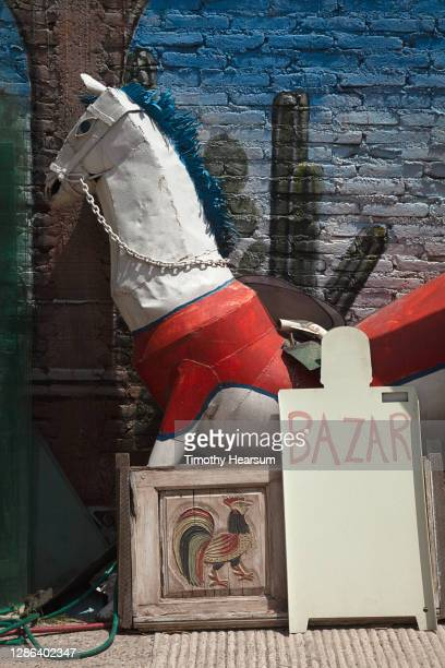 large metal horse sculpture displayed outside a second hand shop - timothy hearsum fotografías e imágenes de stock