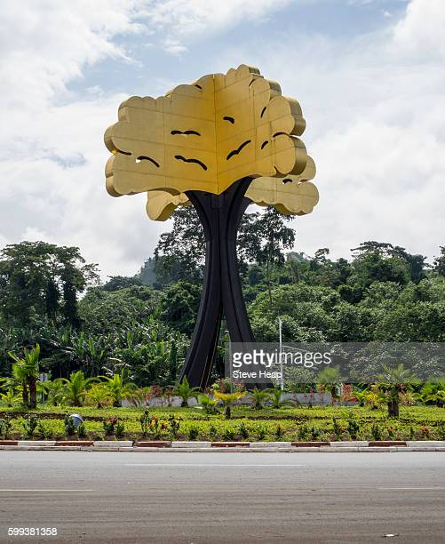 large metal sculpture of ceiba tree on a roundabout in the capital city of malabo, equatorial guinea, africa - malabo fotografías e imágenes de stock