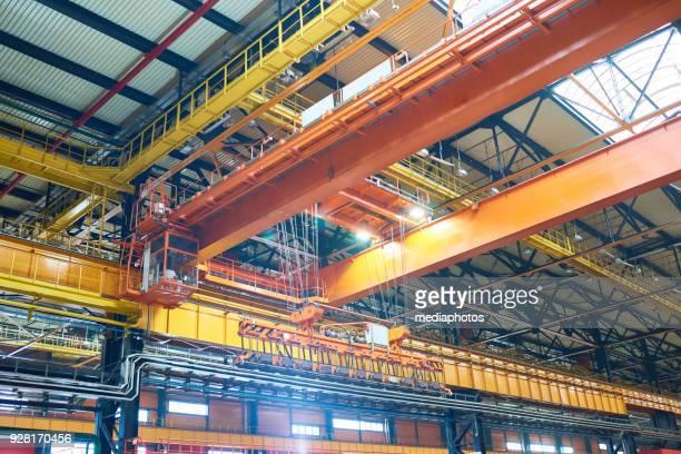 Stor modern konstruktion fabrik med traverser