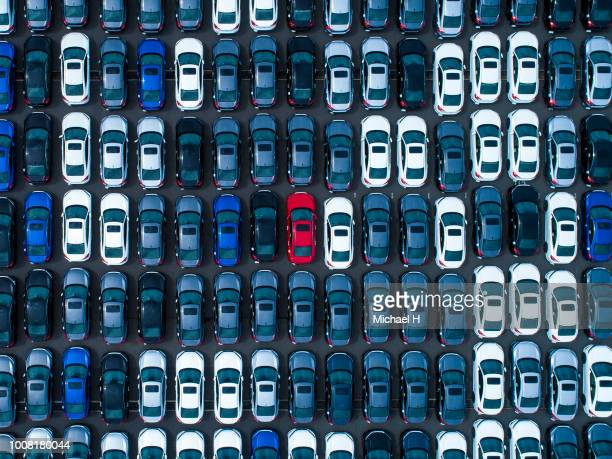large number of cars at parking lot - sopra foto e immagini stock