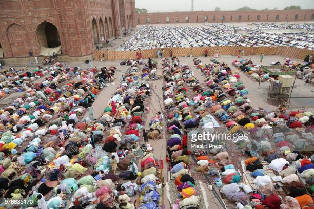 A large number of Pakistani faithful Muslims offer Eid alFitr prayers to celebrate the end of the holy month of Ramadan at a historical Badshahi...
