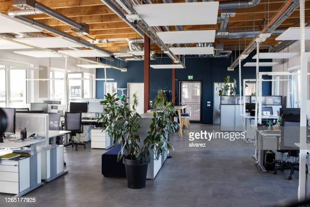 großer offener büroinnenraum - büro stock-fotos und bilder