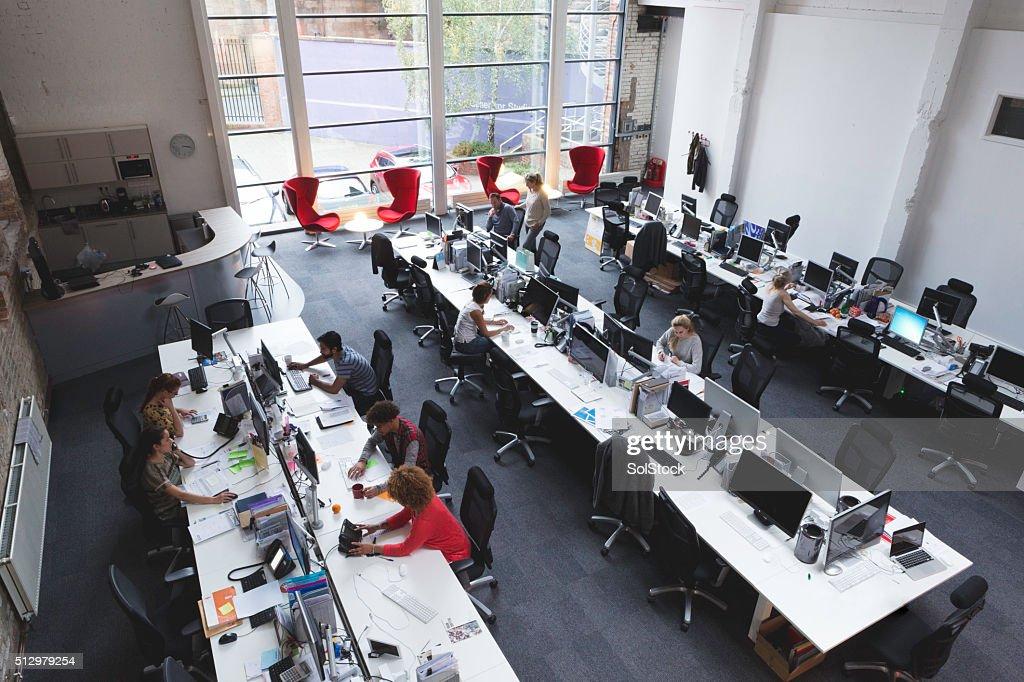Amplio espacio abierto de oficina : Foto de stock