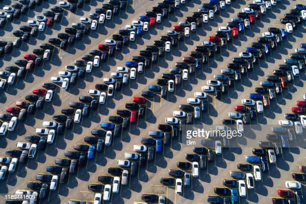 ein großer parkplatz mit autos, luftbild - viele gegenstände stock-fotos und bilder
